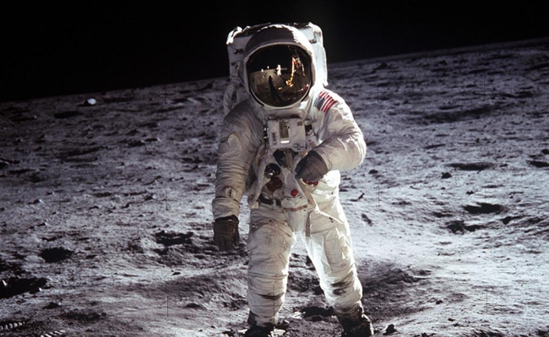 Искусственный спутник По самой фантастической теории Луна представляет собой не что иное, как искусственный объект. Его якобы разместили у Земли с целью собрать достаточно данных о нашей цивилизации. Как ни странно, но эта идея тоже не возникла на пустом месте. Во время высадки американских астронавтов миссии Аполло-18 сейсмограф зафиксировал легчайшую вибрацию всей планеты — такие показания могла дать лишь полая сфера.
