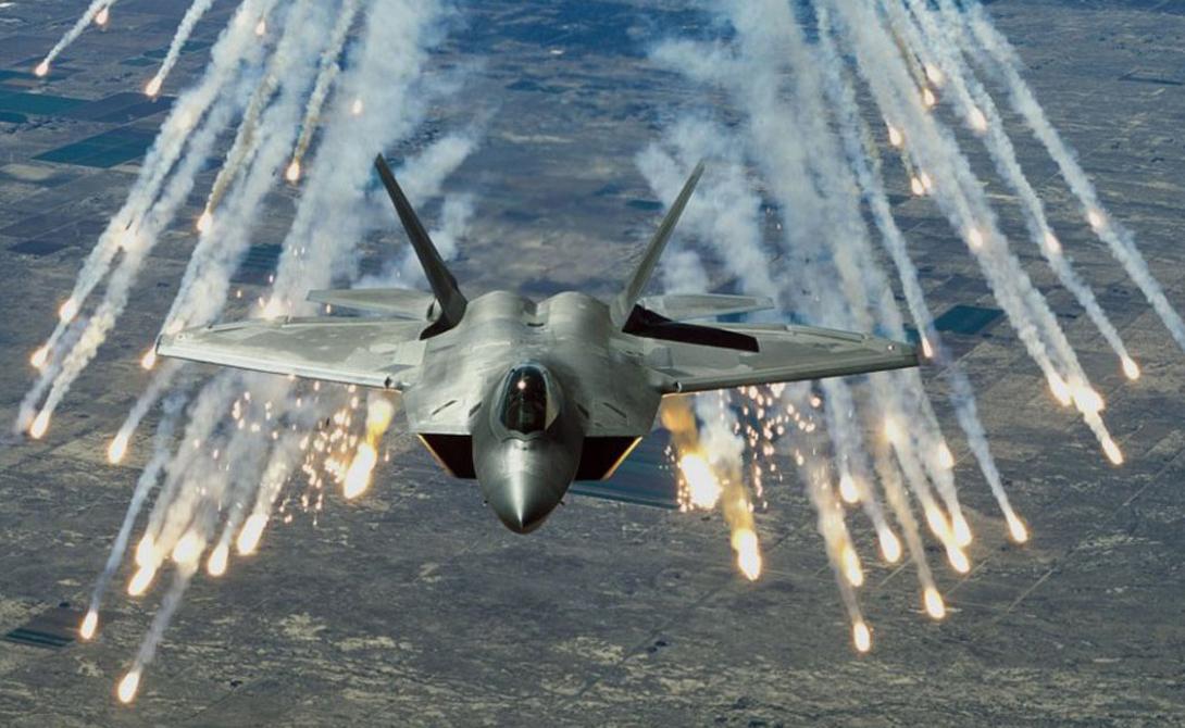 Радиоэлектронная борьба Победа: США Россия и США не торопятся делиться с прессой информацией о самых современных средствах радиоэлектронной борьбы. Можно лишь со всей уверенностью предположить, что оба истребителя оснащены примерно равным по эффективности оборудованием. Тем не менее стелс возможности F-22 позволят начать глушить российский истребитель еще до того, как пилот Су-35 вообще поймет грядущую опасность схватки.