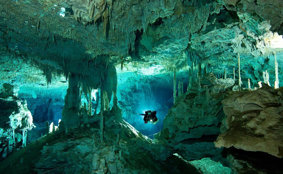 Дос Ойос Мексика Именно эту пещеру, скрытую в мексиканской глубинке, снимали для одного из эпизодов Discovery Channel. Она идеально подходит для дайвинга: здесь часто собираются опытные аквалангисты и смельчаки, готовые рисковать ради острых ощущений.