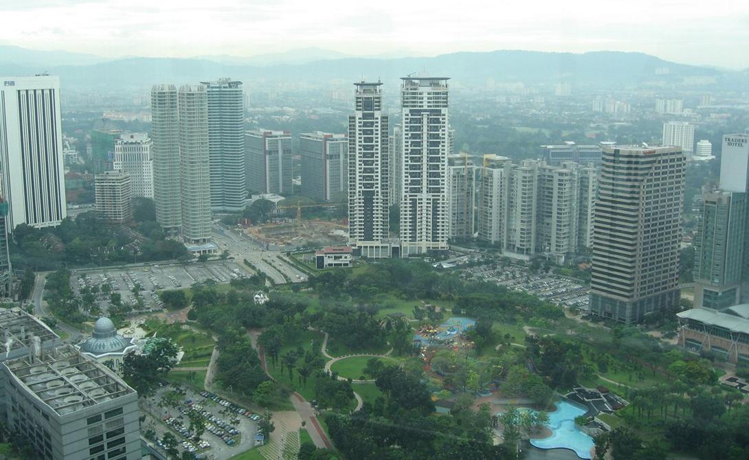 Телебашня Гуанчжоу Гуанчжоу, КНР 600 м В день полюбоваться окрестностями собирается до десяти тысяч туристов. На высоте в 488 метров расположен ресторан с панорамными окнами, но чтобы отобедать наблюдая за облаками и птицами, придется выстоять немалую очередь.