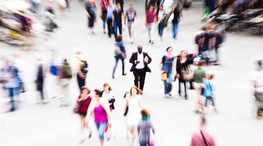 Эффект свидетеля Не стоит считать, что оживленная улица обеспечивает личности некоторую безопасность. Если с вами что-то случится в центре города, то вероятность скорой помощи ближнего будет довольно низка. Эффект свидетеля, или синдром Дженовезе, заключается как раз в том, что все будут считать обязанным помочь кого угодно, только не себя самого.