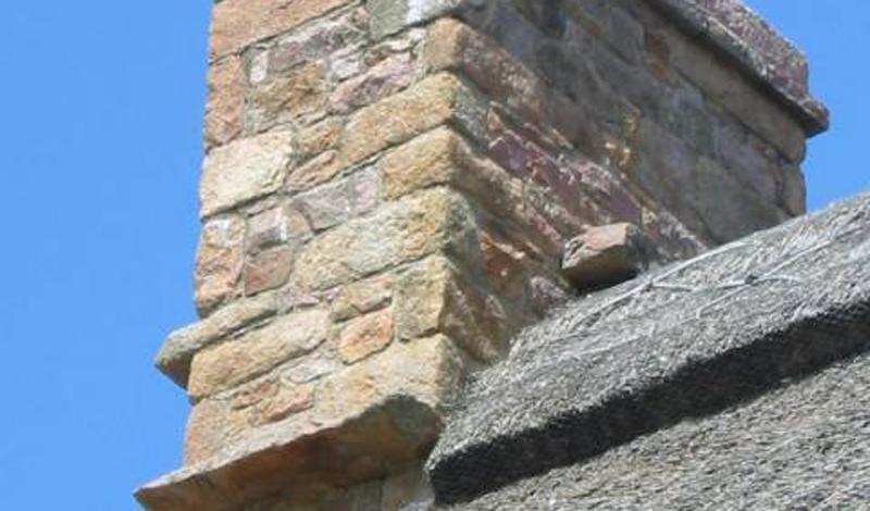 Ведьмовской камень В старой Англии до сих пор сохранились коттеджи, где в дымоход вставлялся отдельный широкий камень. Изначально это было просто надежное средство от попадания дождевой воды в дом, но со временем такие дымоходы стали ассоциироваться с ведьмами. Считалось, что колдуньи приземлялись на выступающий камень отдыхать. Не найдя места для отдыха, они со злости могли заколдовать жилище.