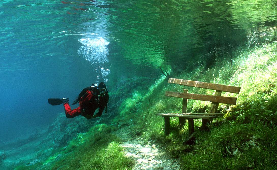 Зеленое озеро Австрия Всю осень и зиму австрийское Зеленое озеро представляет собой небольшой, но весьма живописный водоем, вокруг которого пролегает множество туристических маршрутов. Но когда снег с окружающих гор начинает таять, уровень воды растет, озеро увеличивается в размерах настолько, что ближайший парк полностью уходит под воду.