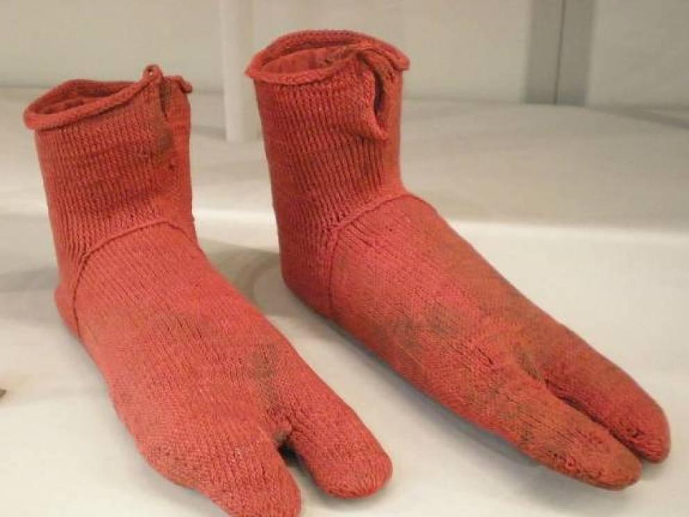 Носки 1600 лет Возраст находки получилось определить только примерно — между 250 и 420 г. от Р.Х. Странная форма пальцев указывает на то, что носки носились с сандалиями. Так вот откуда пошла эта мода!