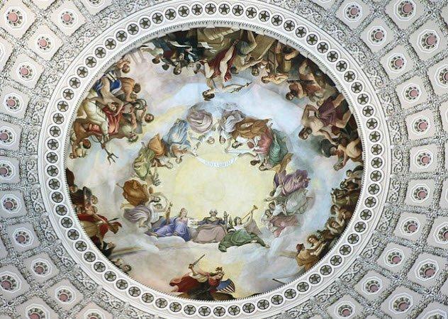 Джордж Вашингтон Да, тут нет ошибки: некоторые американцы действительно воспринимают своего президента ангелом господним. В Капитолии (Вашингтон, округ Колумбия), на куполе существует фреска, где американский президент изображен подлетающим к небесам.