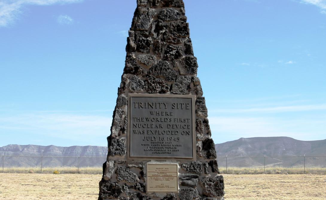 Тринити Сокорро, Нью-Мексико 16 июля 1945 года глубоко в пустынях Нью-Мексико родился атомный век. Trinity был код детонации устройства The Gadget — ядерной бомбы аналогичной той, что была сброшена на Нагасаки. Военные не имели понятия, какую мощность покажет устройство: демонстрация силы получилась действительно впечатляющей.