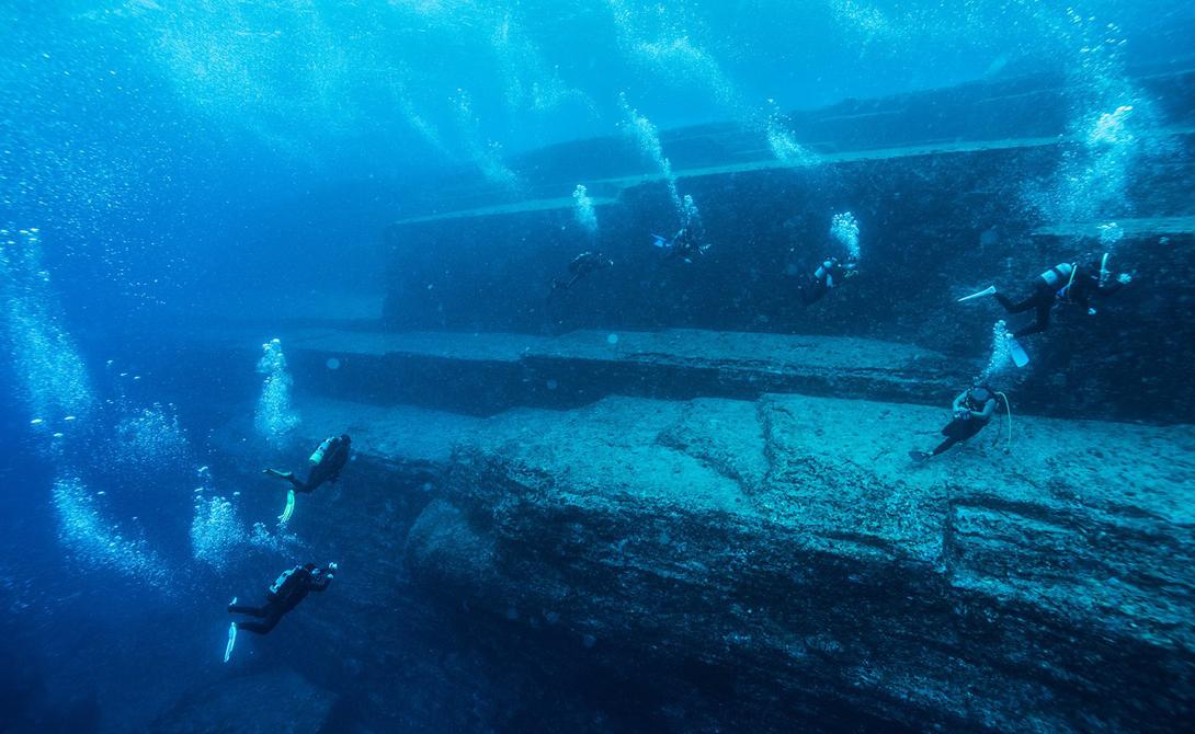 Подводный монумент Йонагуни Япония Примечательный монумент, скрытый прибрежными водами японского островка Йонагуни, ученые обнаружили еще в 1986 году. До сих пор это странное образование является предметом многочисленных спекуляций и дискуссий. Горная порода имеет многоуровневые плоскости и прямые края, что придает ей форму своего рода пирамиды. Японская Атлантида или игра природы?