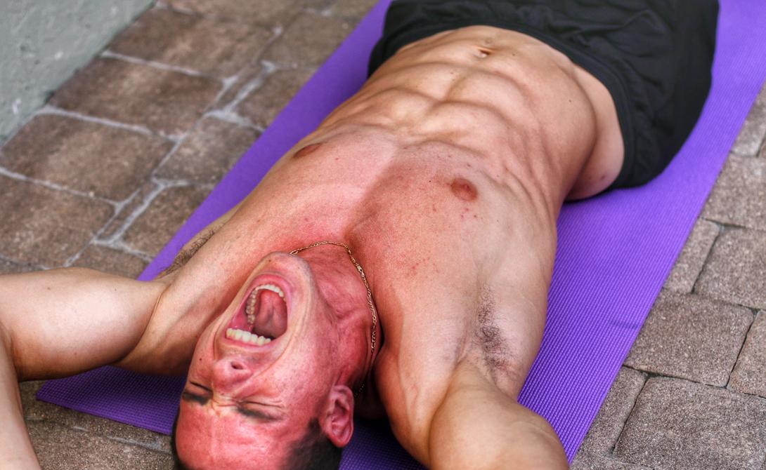 Готовим тело Вскакивать с постели в боевую стойку тоже не следует. Дайте телу понять, что вы уже проснулись. Умойтесь, выпейте полстакана воды и начинайте спокойную, неторопливую разминку. В первую очередь разминайте шею, кисти и локтевые суставы, затем переходите к более крупным группам мышц.