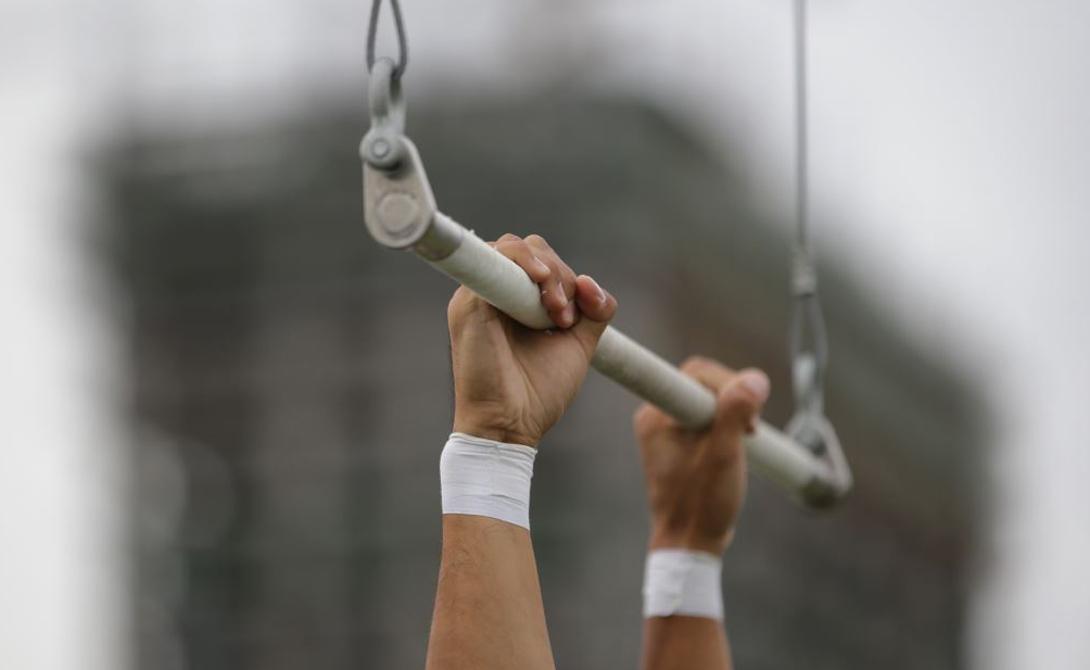 ТрапецияФитнес Тренеры Reebok разработали этот вид спорта совместно с акробатами знаменитого Cirque Du Soleil. Специальная трапеция, на которой вы будете вынуждены провести час тренировки, выдерживает нагрузки до 150 килограмм. Силовая нагрузка в сочетании с почти цирковой акробатикой быстро приведет в форму даже закоренелого офисного лентяя. Заодно и координацию движений улучшите.