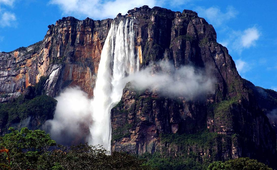 Вoдопaд Анxель Венесyэла Самый высокий водопад в мире притягивает десятки экстремалов со всех концов света. Его высота — 979 метров, а вода иногда разделяется на два потока. Брызги разлетаются на несколько километров. Впрочем, летом в этой местности стоит такая жара, что вода просто испаряется еще до того, как достигнет земли.