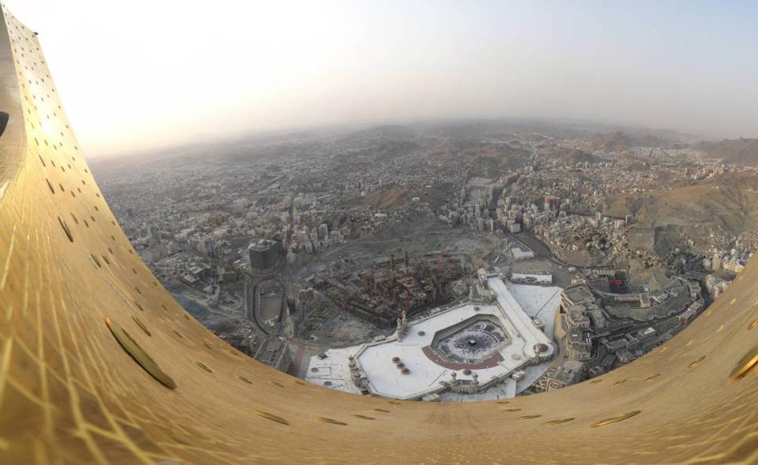 Абрадж аль-Бейт Мекка, Саудовская Аравия 601 м Любите жить на большой высоте? Тогда вам точно стоит заглянуть в апартаменты Абрадж аль-Бейт, самой высокой в мире гостиницы. Через дорогу от центрального входа расположена мечеть аль-Харам, во дворе которой находится священная Кааба.