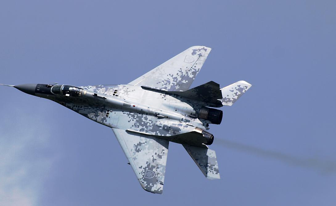 МиГ-29 Еще одна машина времен Советского Союза до сих пор используется Россией для поддержания превосходства в воздухе. МиГ-29 (как и Су-27) был разработан, чтобы конкурировать с F-15 и F-16. Небольшой, с малым боевым радиусом истребитель берет своей маневренностью: проведенные после окончания холодной войны испытания немецкими Люфтваффе показали, что изделие Микояна гораздо более уверенно чувствует себя в воздухе, чем F-16. Сейчас МиГ-29 активно используется сирийским правительством, и Россия намеревается поставить новую партию этих самолетов своему ближневосточному союзнику.