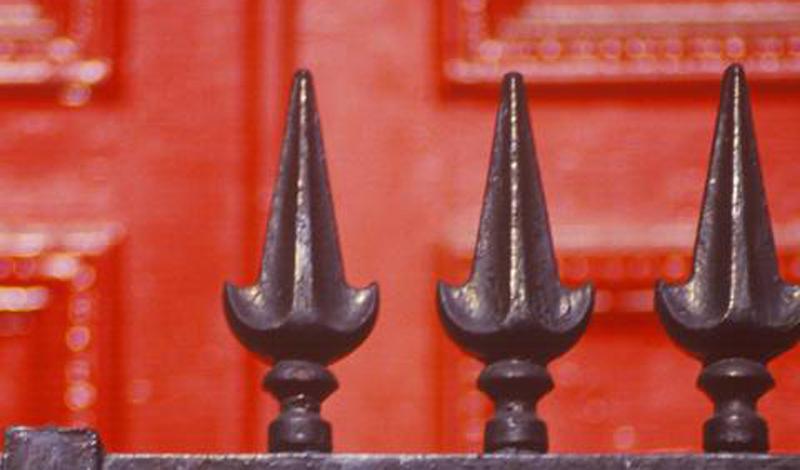 Железо В Европе люди верили, что ведьмы не могут пройти через холодную сталь в дом. В Шотландии, Англии и Ирландии считалось, будто железо отвращает злых фей и призраков. Древние вавилоняне, египтяне и ацтеки на самом деле верили, что железо это подарок небес. Они часто использовали сталь в священных ритуалах.