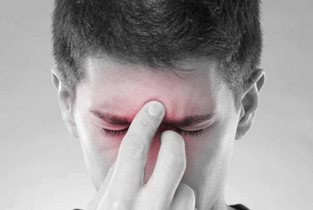 Синусит Ежегодно десятки тысяч людей сталкиваются с очень неприятным заболеванием: длительный насморк часто приводит к воспалению носового прохода или синуситу. В большинстве случаев развитие этой болезни происходит из-за вируса, а 83% больных все равно получают назначение антибиотиков.