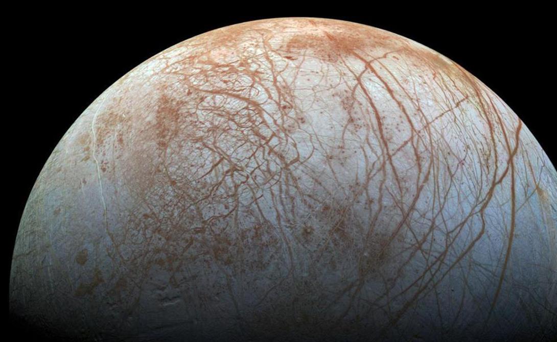 Одинокий волк Одна из распространенных теорий гласит, что Луна — это самая настоящая планета, которая пришла в нашу систему извне и была притянута гравитацией Земли. Ученое сообщество относится к этой теории достаточно скептично, поскольку Луна не так уж и легка, чтобы подвергнуться такому влиянию нашей планеты. Однако, среди ученых есть и сторонники данной теории: они утверждают, будто масса спутника изменилась в большую сторону за счет космического мусора, собиравшегося вокруг него в течение нескольких миллиардов лет.