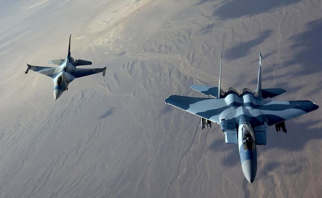 Маневренность: F-22 Победа: Россия Но и у американского F-22 есть свои козыри под фюзеляжем. Истребитель характеризуется большим отношением тяги к весу, однако пилот не может свободно менять соплами вектор тяги — такое ограничение на F-22 накладывают повышенные стелс-требования. По мнению экспертов, из поединка 1 на 1 с F-22, победителем выйдет Су-35.