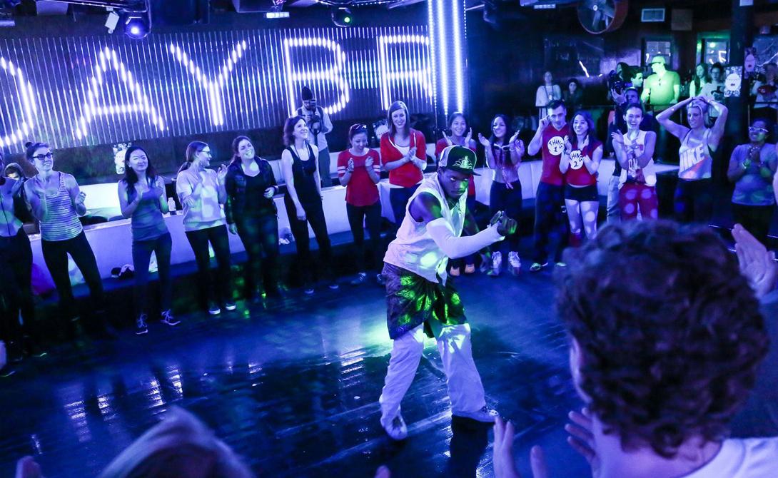 Утренний рейв Ночные танцы не проходят для организма бесследно: мы вынуждены расплачиваться за веселье чуть ли не целой неделей восстановительных процессов. Однако, у рейва есть и свои фитнес-плюсы — калорий за ночь тратится столько, что о проблемах с фигурой можно просто забыть. Создатели проекта Daybreaker из Нью-Йорка решили совместить приятное с полезным. На утренние вечеринки (без алкоголя и допинга, разумеется) собираются сотни человек. Хорошая музыка, компания друзей и фитнес — вот нехитрый секрет успеха этого спортивного начинания.