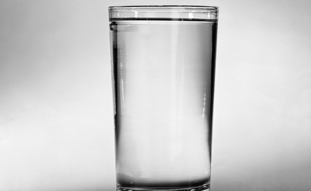 Вода А вот на ночь зеленый чай употреблять не стоит, он слишком бодрит. Вместо него попробуйте пить больше воды. Она играет значительную роль в правильном функционировании организма и очень активно влияет на скорость метаболизма.