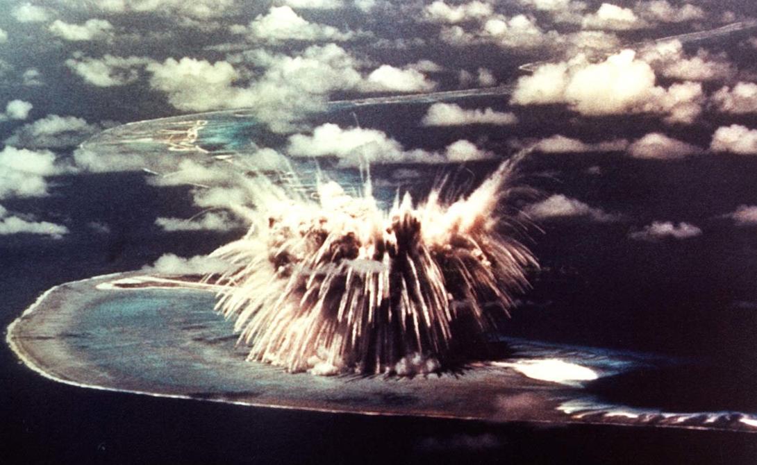 Новая Земля Россия Удаленная территория Новой Земли показалась правительству СССР идеальным местом для проведения испытаний «грязного» оружия. Здесь же, в 1961 году состоялся крупнейший в мире ядерный взрыв так называемой «Царь-бомбы». Большая часть острова по-прежнему остается военной базой, однако к южной оконечности архипелага иногда пристают и круизные суда.