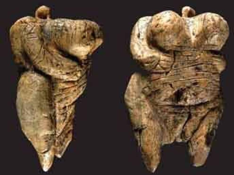 Скульптура плодородия 40 000 лет Скорее всего, перед нами одно из ритуальных изображений богини плодородия. Фигурка с утрированными женскими формами вырезана из бивня мамонта и считается самым ранним известным примером доисторического искусства.