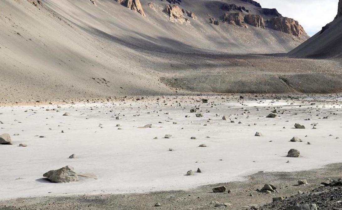 Пруд Дон Хуан Антарктида Воды пруда Дон Хуан на 44% состоят из физиологического раствора. Глубина водоема всего 10 сантиметров, а причины гиперсолености ученые не могут понять до сих пор. Его случайно обнаружил геолог Джей Диксон, который затем потратил годы на изучение пруда.