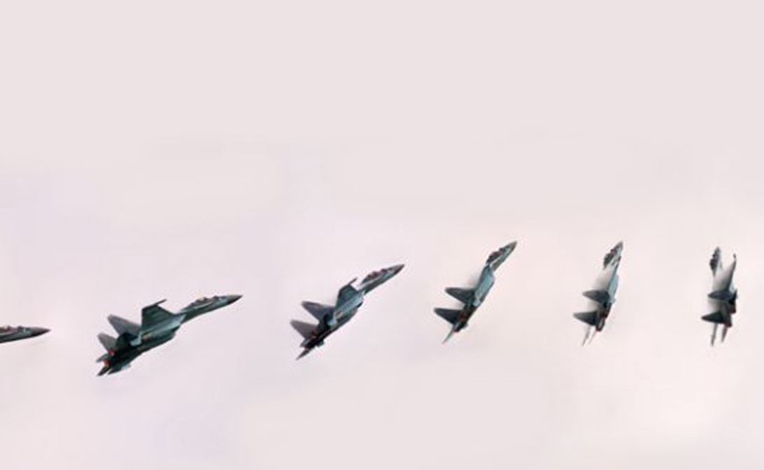 Маневренность: Су-35 Акробатические маневры, продемонстрированные пилотом (Сергеем Богданом) Су-35 на 2013 Paris Air Show, заставили поволноваться западные ВВС. По сути, новый российский истребитель представляет собой серьезно модернизированный Су-27, хорошо известного своей маневренностью. Фигуры высшего пилотажа, к примеру, знаменитую «Кобру Пугачева», больше не удастся повторить ни на каком другом самолете в мире.