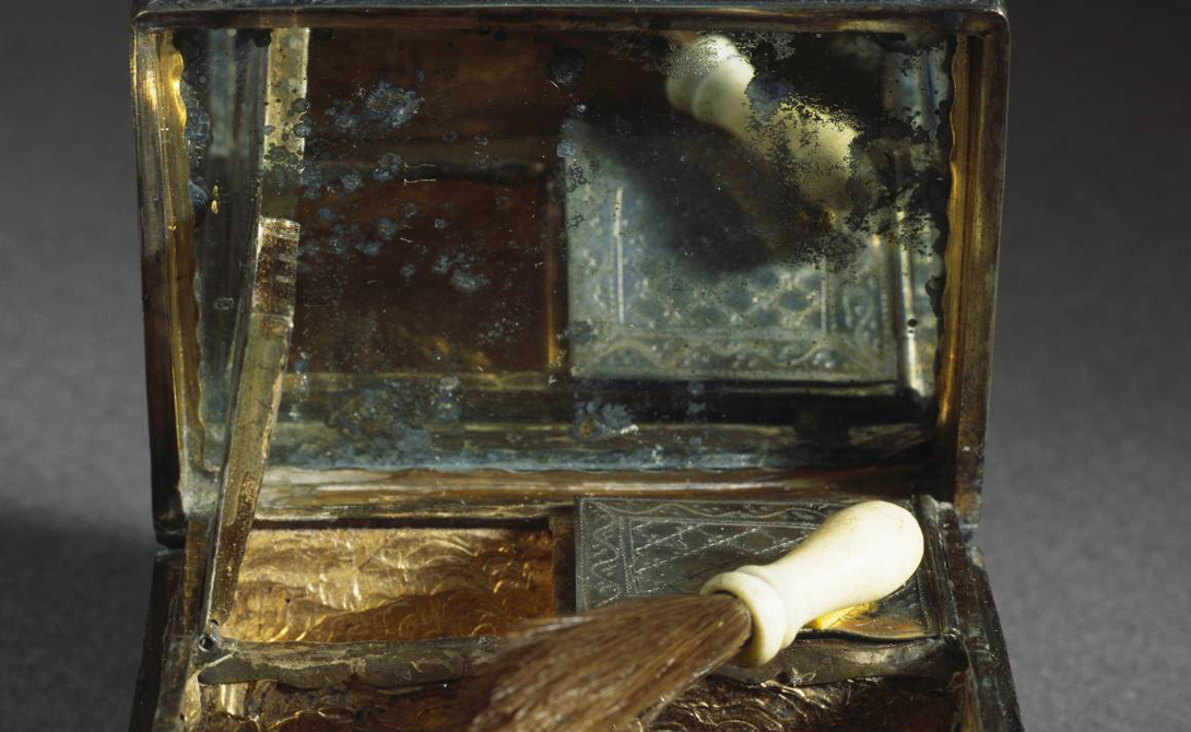 Слюна В Древнем Риме существовала особая каста рабынь-cosmetae. Как можно догадаться из названия, эти девушки умели делать косметику. Вместо воды или масла, они растворяли ингредиенты используя свою собственную слюну.