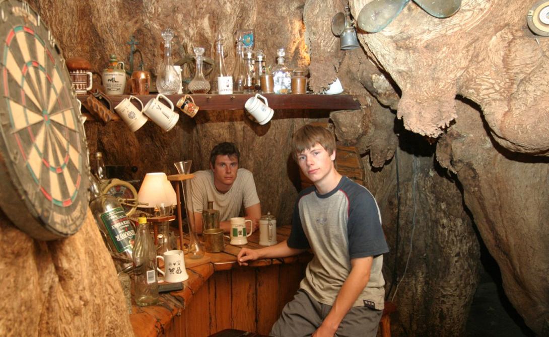 Sunland Baobab ЮАР Семья ван Хеерден выстроила свой бар внутри гигантского баобаба. Дерево настолько огромно, что в его полом стволе с комфортом размещается целых 20 человек. Проведенный недавно радиоуглеродный анализ показал, что возраст «бара» превышает 6000 лет: посетители могут с полным правом считать, что пьют в старейшем заведении планеты.
