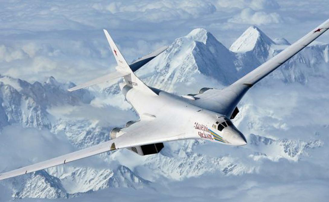 Ту-160 Ту-160 невероятно быстр для стратегического бомбардировщика. Самолет способен набрать 2 220 км/ч, что оставляет далеко позади американские стратегические бомбардировщики, такие как B1-B Lancer (1448 км /час) и B-52 (1000 км/час). Blackjack (по классификации НАТО) может похвастать впечатляющим боевым радиусом в 12 300 километров и способен совершить трансатлантический полет, что и было продемонстрировано в 2008 году на маршруте Мурманск-Венесуэла.