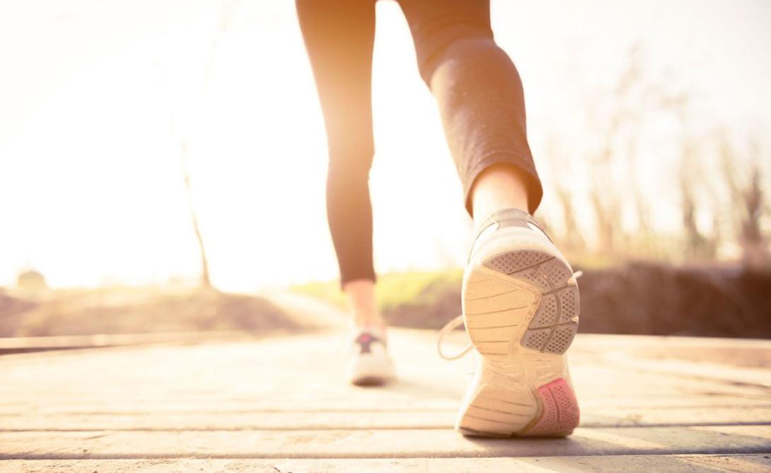 Интервальный тренинг Постарайтесь изменить привычный ритм тренировок. Для начала поймите, в каком темпе вы работаете обычно. Затем сделайте каждую вторую тренировку интервальной: переходите с быстрого темпа на медленный. Так вы приучите организм потреблять больше кислорода, увеличивающего количество митохондрий в крови. Они, в свою очередь, позволяют человеку более эффективно сжигать калории.