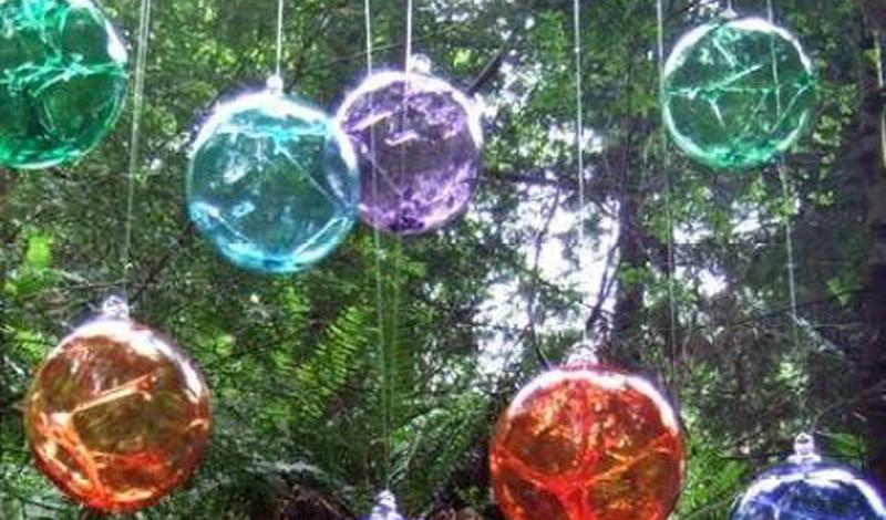 Колдовские шары Согласно древним преданиям, для колдуна не было ничего заманчивее ярких шаров из стекла. Стеклянные шарики изготавливались вручную, затем их развешивали у окон, чтобы привлечь ведьм. Демон затягивался внутрь шара навсегда, оставаясь для охраны дома.