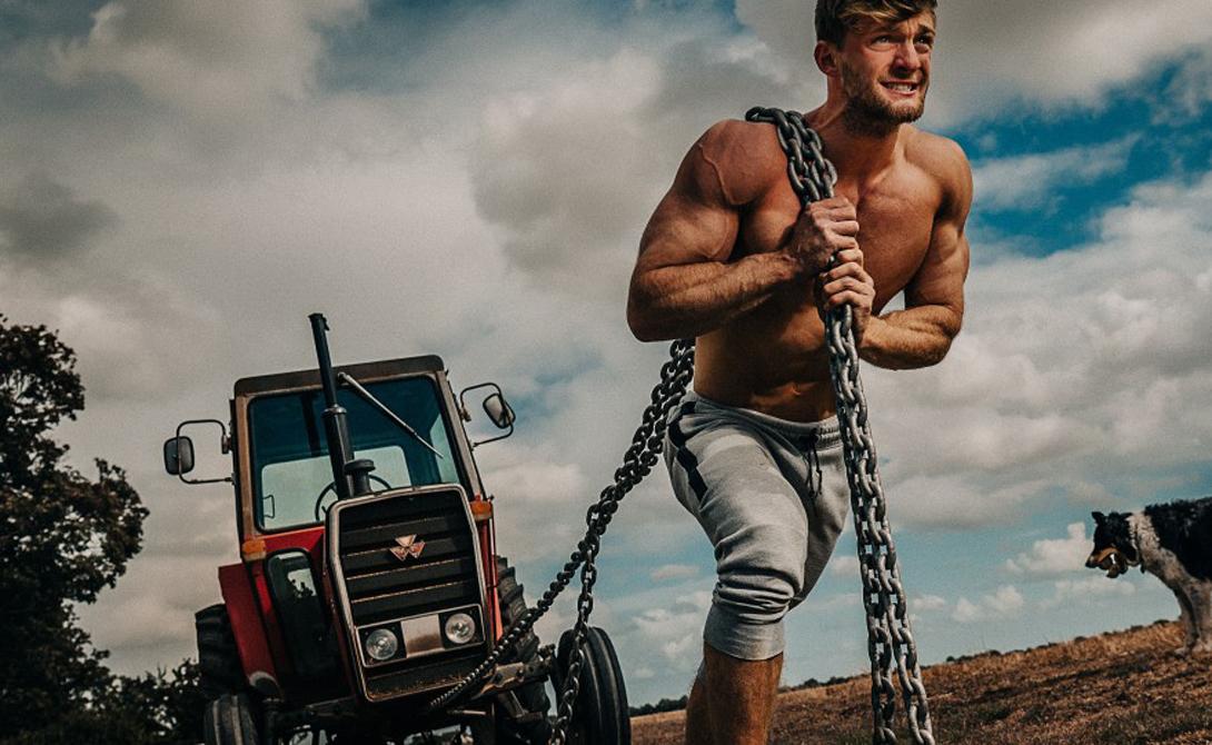ФармФитнесс Том Кемп из Эссекса превратил часть своей фермы в настоящий спортзал на открытом воздухе. Парень и не думал, что его ноу-хау найдет такой отклик, но на «фермерские тренировки» оказался высокий спрос по всему миру. Люди с удовольствием тягают трактор на веревке, перетаскивают тюки с сеном, забираются к вершинам амбара без подручных средств — и, как выяснилось, приходят в хорошую форму гораздо быстрее, чем в тренажерном зале. Скорее всего, все дело в сочетании свежего воздуха и активной физической работы.