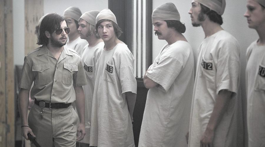 Стэнфордский тюремный эксперимент Самый неэтичный психологический эксперимент всех времен был проведен в тюрьме Стэнфорда. Группу студентов из 24 человек произвольным образом разделили на заключенных и охранников. Эту роль молодые люди играли две недели. Уже в первые семь дней обе группы максимально адаптировались к заданным условиям: «охранники» принялись вполне серьезно истязать «заключенных». Так выяснилось, что ситуационная этика может спровоцировать определенные типы поведения, несмотря на естественные тенденции индивида.