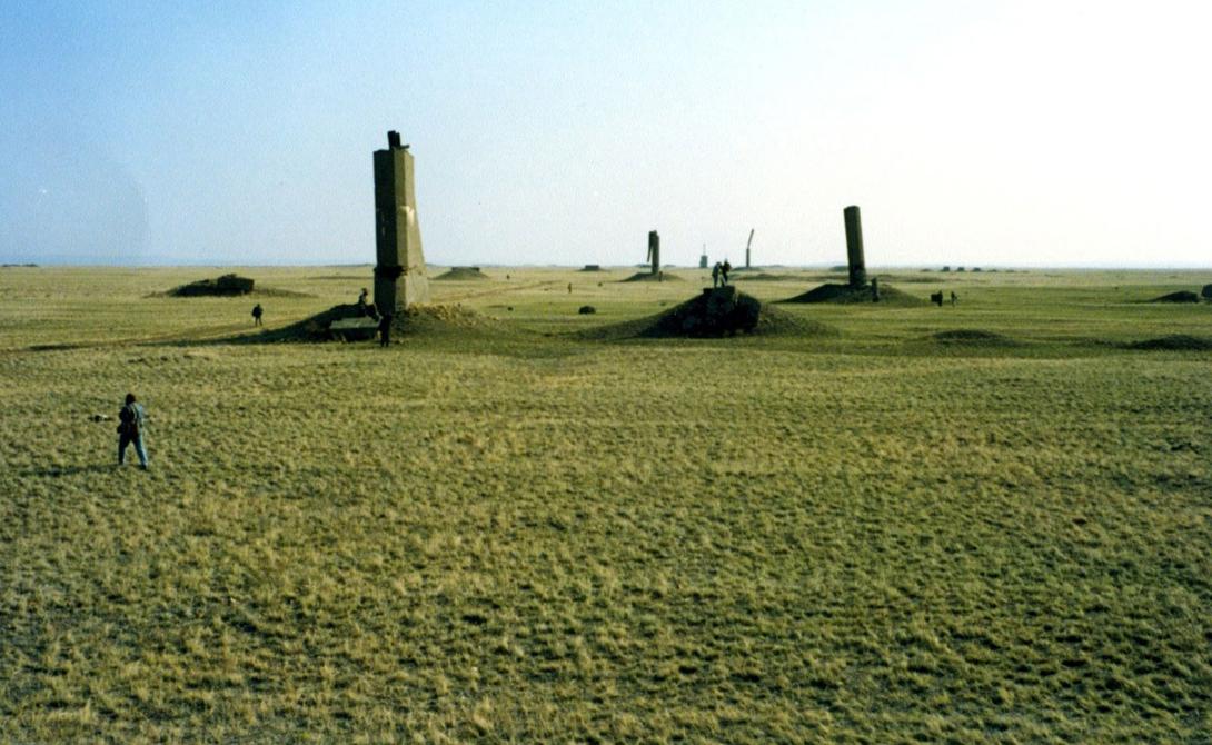 Семипалатинск Казахстан В период с 1949 по 1989 год Советский Союз провел здесь 456 ядерных испытаний. Семипалатинск, долгое время считавшийся городом закрытым, сейчас остается настоящей зараженной язвой на теле планеты. Площадь, на которую повлияли ядерные испытания, превышает 18000 квадратных километров: здесь до сих пор живут люди.