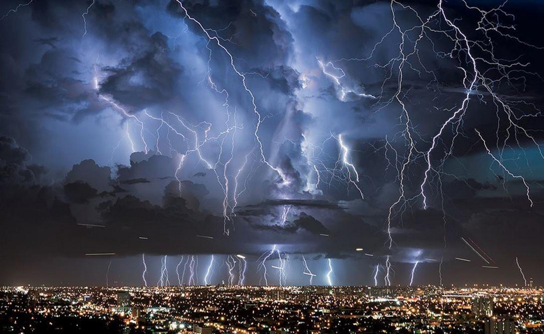 Грозовой Маракайбо У реки Кататумбо, Западная Венесуэла, шторм не прекращается почти никогда. Форма окружающих гор, холодный воздух Анд, испаряющаяся вода реки и метановые залежи поддерживают грозы на протяжении 340 дней в году.