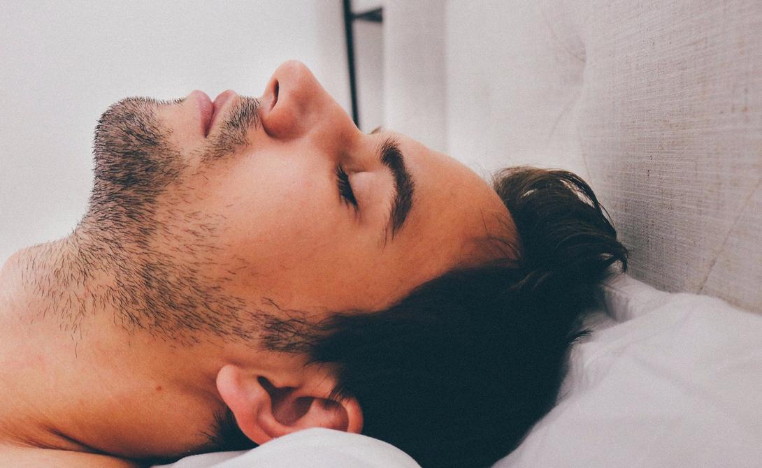 Первый этап Так называемое пресомническое расстройство характерно постепенным ростом проблем с засыпанием. Человек начинает ложиться в постель все позже, проводит большое количество времени с гаджетами, формирует особые ритуалы «ночного отдыха» и, постепенно, сам создает у себя невроз, транслирующийся сознанием в страх не заснуть.