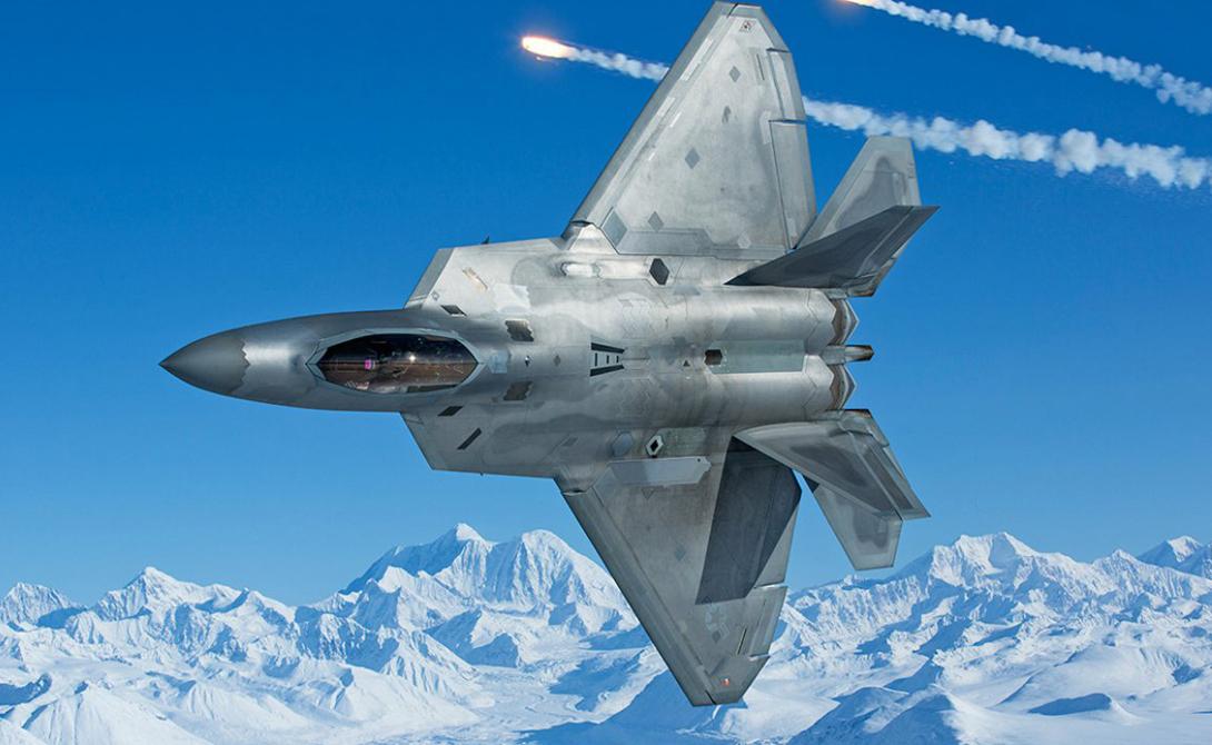 Стелс Победа: США Эксперты уже успели прозвать F-22 самым «невидимым» истребителем в мире. К сожалению, они правы: аналогов американской машины на данный момент не существует. Гипотетически, инфракрасный радар и радар «Ирбис-Е» позволят пилоту Су-35 обнаружить противника на близкой дистанции, не превышающей нескольких метров. А вот парни в F-22, защищенные своим фирменной стелс-технологией, гарантированно «увидят» российский истребитель гораздо раньше.