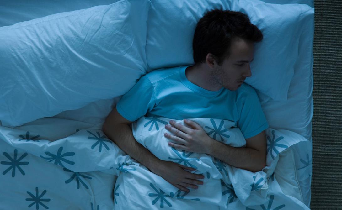 Суть проблемы До недавнего времени считалось, будто сон в прохладной комнате действует на организм оздоровительным образом. Действительно, при недостатке тепла тело вынуждено сжигать жировые запасы, поддерживая необходимую для жизни температуру. Да и просыпаться в прохладе получается не в пример бодрее — попробуй снова закрыть глаза, когда хочется быстрее добежать до горячего душа. Однако, последнее исследование в этой области принесло неожиданные результаты: привычка спать в холоде может стоить вам нескольких лет жизни.