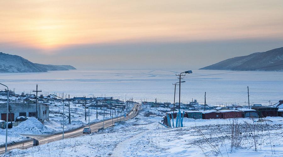 Оймякон Россия Средняя температура на Марсе составляет примерно -60 градусов по Цельсию. Кажется, будто слишком холодно, чтобы человек мог тут существовать. Но далеко в Сибири, всего в нескольких сотнях километров от Северного полярного круга, люди постоянно живут в температуре около -71 градус по Цельсию.