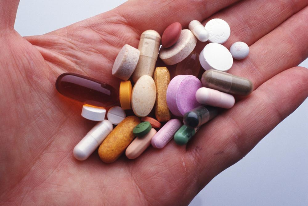 Профилактика Очень распространенный на постсоветском пространстве метод профилактического приема антибиотиков не работает. Антибиотики просто не имеют никакого профилактического эффекта. Такая практика может даже привести к очередным проблемам. У того же гриппа часто возникает осложнение в виде бронхита: если вы начали принимать антибиотики до этого, то осложнение все равно разовьется, но в основе его будет лежать микроб, который уже выработает нечувствительность к антибиотику.