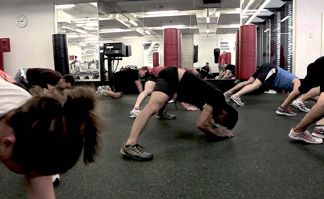 Зоо-фитнес В оригинале название короче — просто ZUU. За разработку этого необычного курса тренировок несет ответственность австралийский фитнес-гуру Натан Хелберг. ZUU представляет собой высокоинтервальную тренировку, все движения которой были позаимствованы у животных. Участникам приходится задействовать крупные и мелкие группы мышц, заставляя аэробные и анаэробные системы работать на пределе возможностей. 300 калорий за 20 минут? Легко.