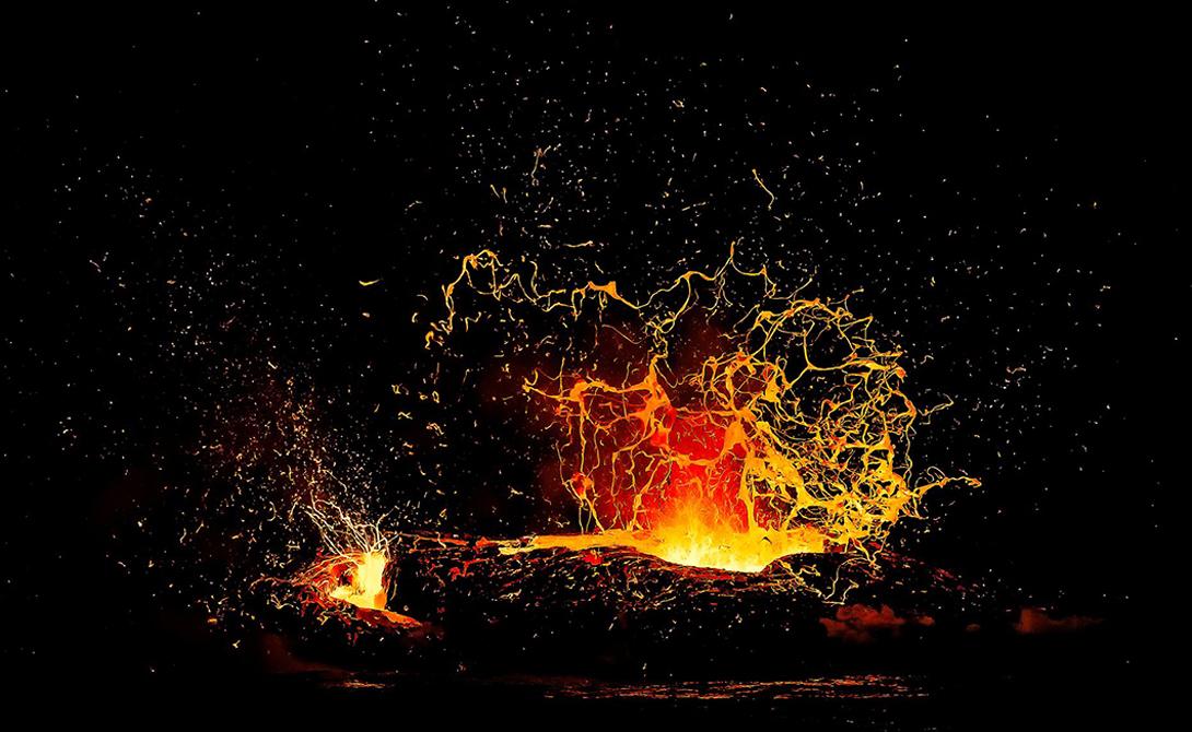 Извержение года Фотография: Александр Hec Когда поток лавы из вулкана Килауэа стекает в океан, воды вокруг превращаются в настоящее произведение искусства. Дожидаться подходящего момента можно годами: Александр Нес провел на местности около семи месяцев.