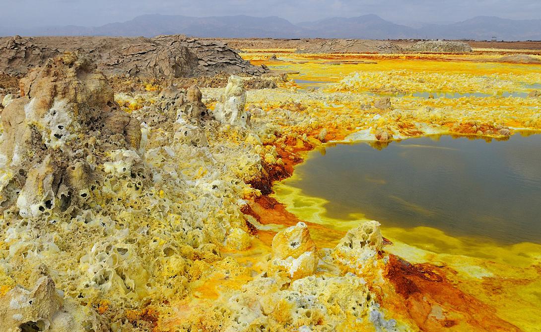 Даллол Эфиопия Сюда стоит отправляться тем, кто любит погорячее. Постоянная температура в Даллоле превышает 45 градусов по Цельсию, и в этом виновато не только Солнце. Горячие источники и кратер вулкана накаляют поверхность настолько, что ходить по ней даже в обуви с тонкой подошвой просто не возможно.