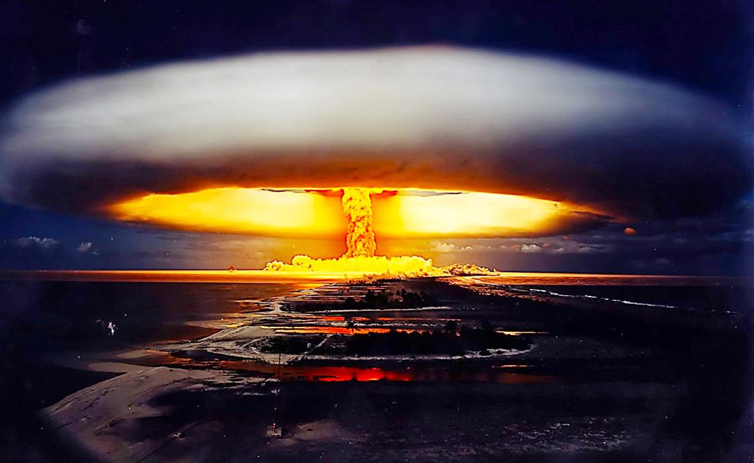 Атолл Бикини Маршалловы острова Расположенный примерно на полпути между Гавайями и Австралией, этот маленький остров Микронезии должен был стать воплощением рая на Земле. Его жители были насильно переселены, когда США овладели островами в 1946 году и в течение следующих 12 лет скинули 23 ядерных заряда на этот кусочек рая, что сделало его непригодным для проживания и по сей день.