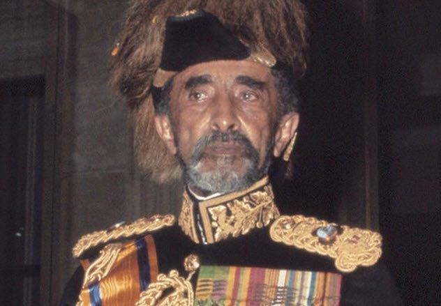 Хайле Селассие Хайле Селассие был 225-м и последним императором Эфиопии. Он дал стране конституцию и, что более важно, попал под пророчество Маркуса Гарви, активного проповедника панафриканизма на Ямайке. Черный король отправился в изгнание при вторжении итальянской армии и вновь вернулся на престол уже в 1941 году, уже в сиянии новообретенного божественного статуса.