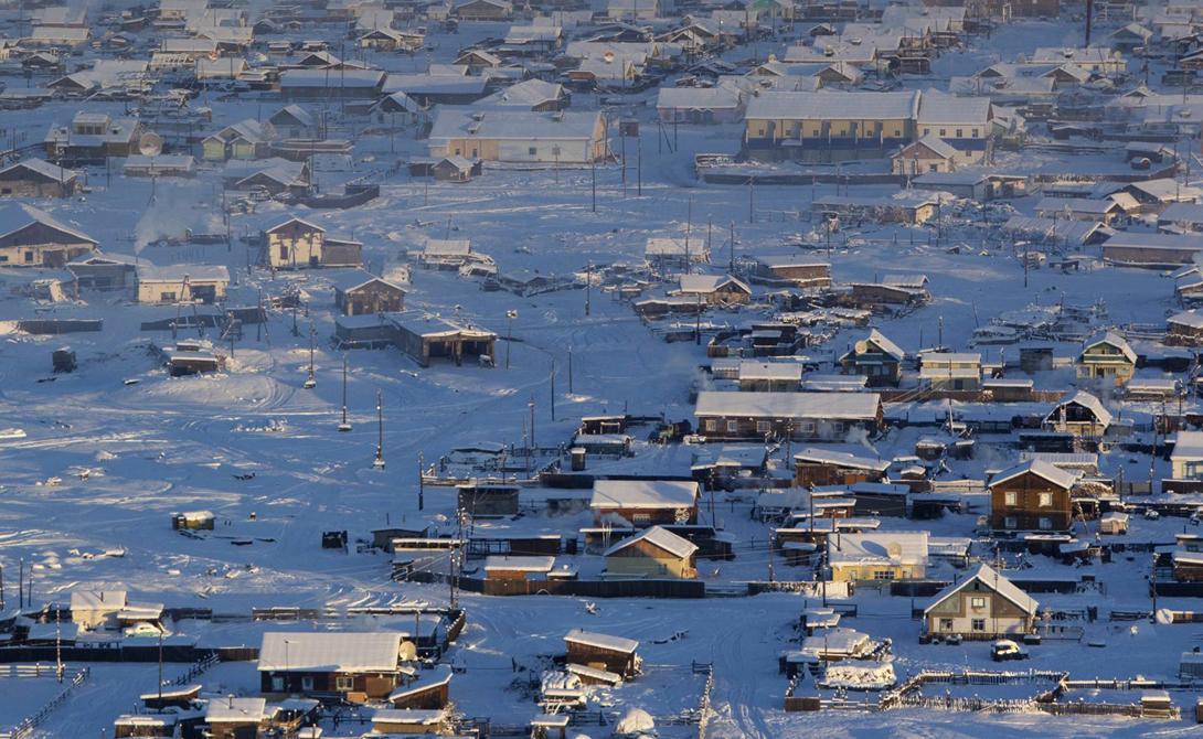 Оймякон Россия Северный полюс холода, официально являющийся самым холодным местом в мире с постоянным населением. Вокруг села стоит непрерывная цепь высоких гор, создающая своеобразную ловушку для ледяного воздуха. Зачем здесь продолжают жить люди решительно непонятно.
