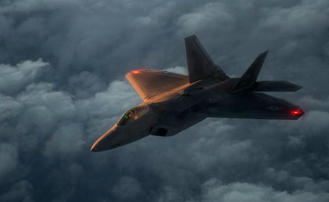 F-22 Максимальная скорость:2 400 км / ч Максимальная дальность: 2 961 километров Двигатели: пара F119-PW-100 ТРДД с двумерными тягами векторизации сопел Вооружение: пушка M61A2 20-мм, две ракеты AIM-9 класса «воздух-воздух», шесть ракет AIM-120