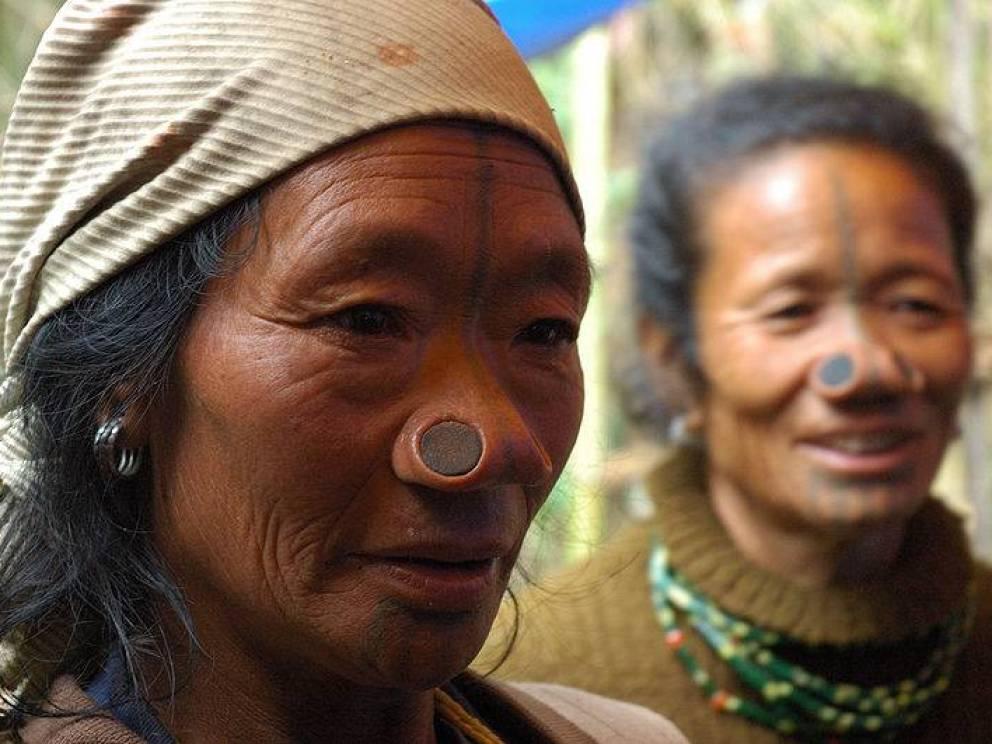 Растяжка носа Апатани Мужчины считали своих женщин столь привлекательными, что вставляли им в крылья носа растягивающую пробку: так они пытались предохранить нападение завистников из других племен.