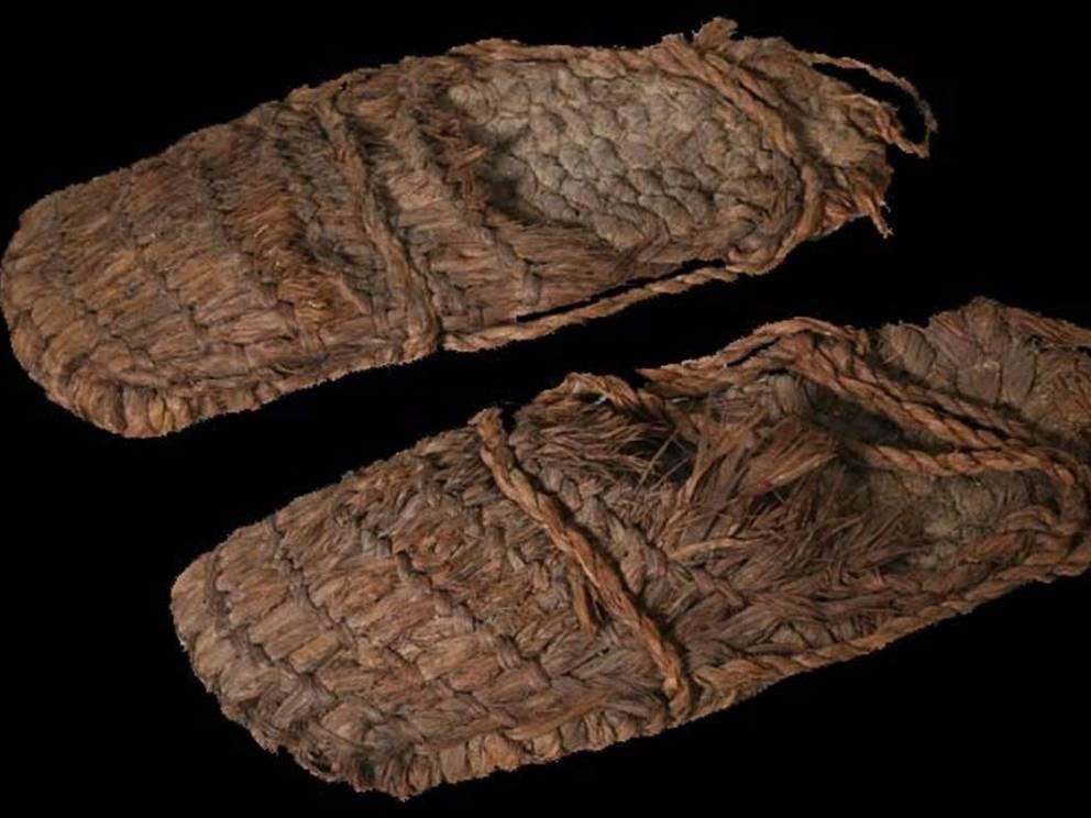 Сандалии 9300 лет Эта пара обуви была найдена в штате Орегон. Удивительно, что структура вязаных сандалий сохранилась так хорошо. Канатные ремни надежно скрепляют всю конструкцию: археологи полагают, что такой тип обуви был распространен среди путешественников того времени.