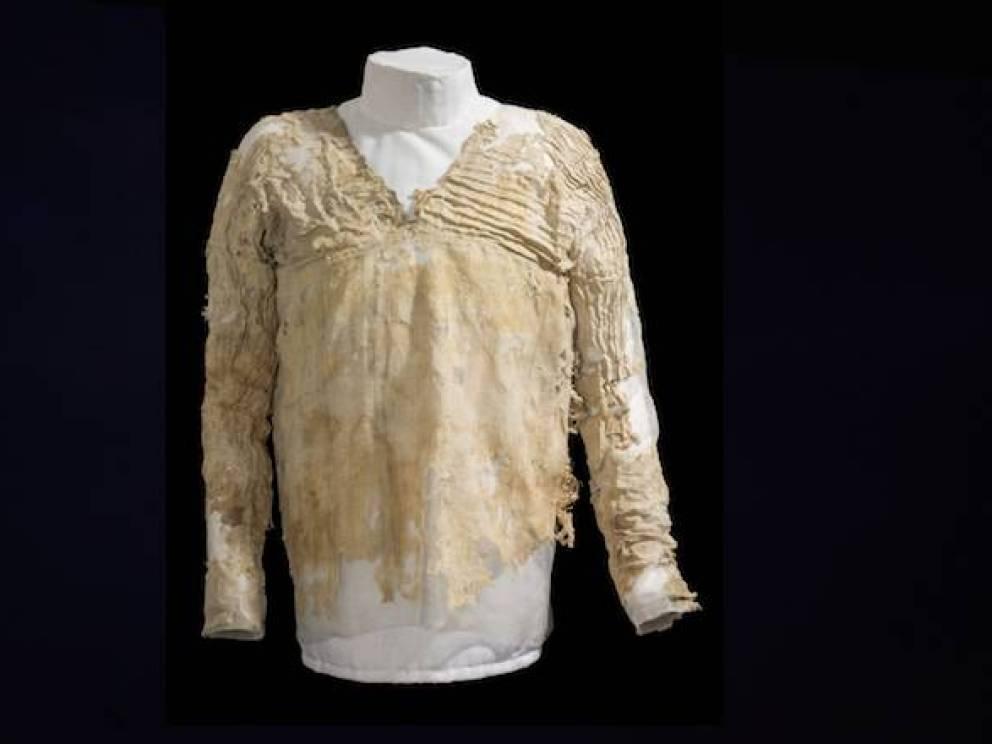 Платье 5000 лет Одно из старейших одеяний в мире обнаружено на египетском кладбище в 30 километрах от Каира. Платье создано из льна, примитивного текстиля и вервия. Сейчас оно находится на постоянной экспозиции в лондонском музее Виктории и Альберта.